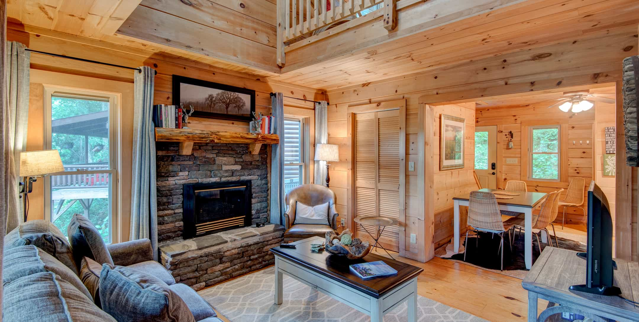 Spacious livingroom in Mam's Refuge Cabin