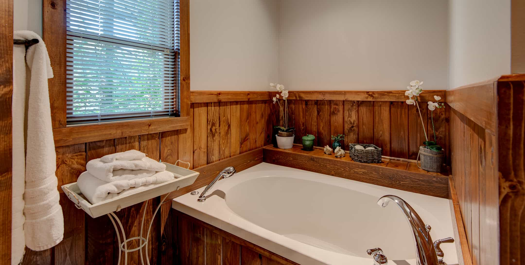 Large bathtub in the Maple Spring Cabin
