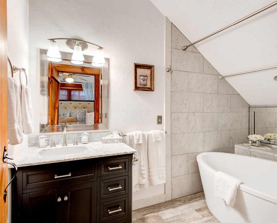 Raspberry Hill Cabin Bath